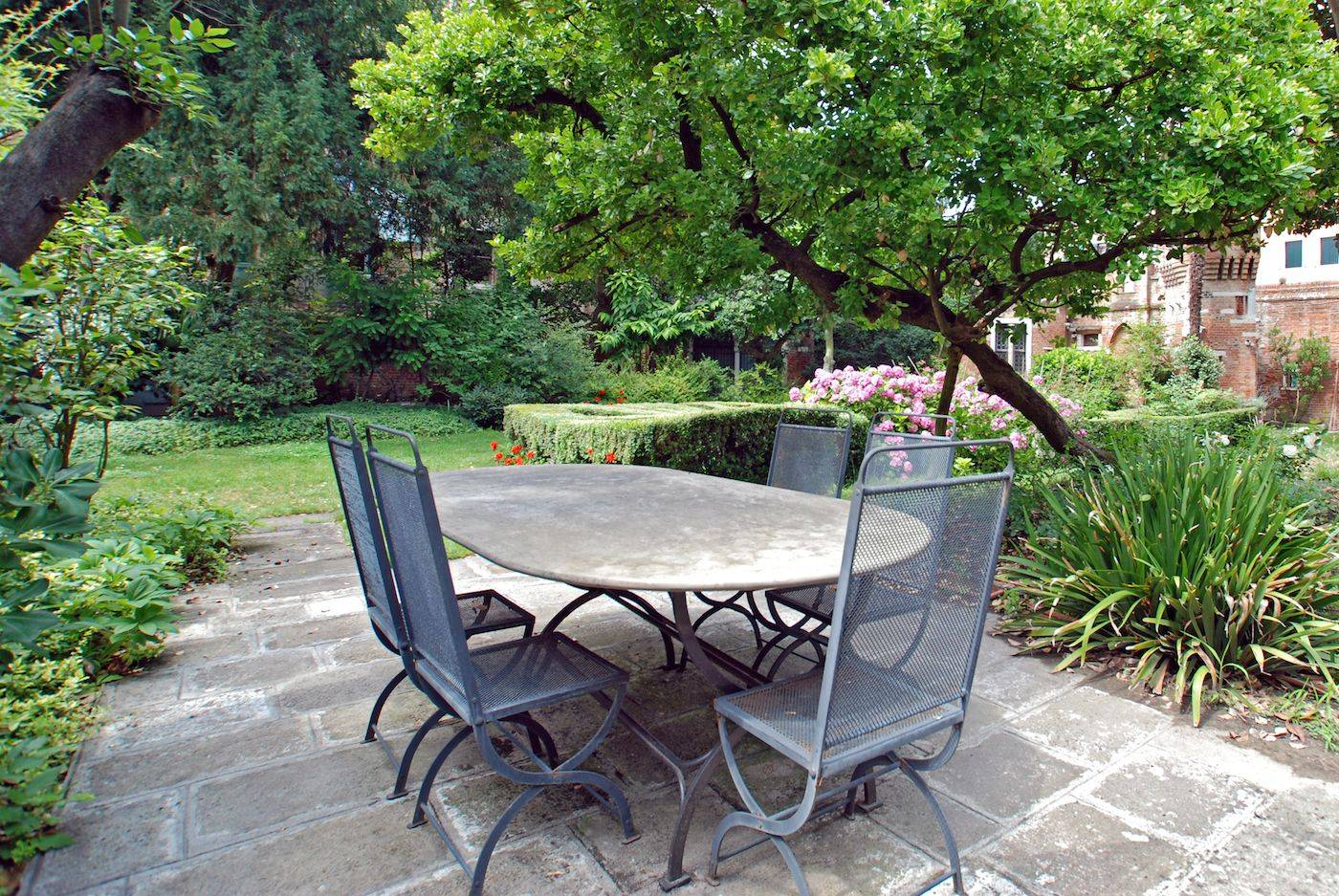 Dolfin for a private and peacefull garden look no further