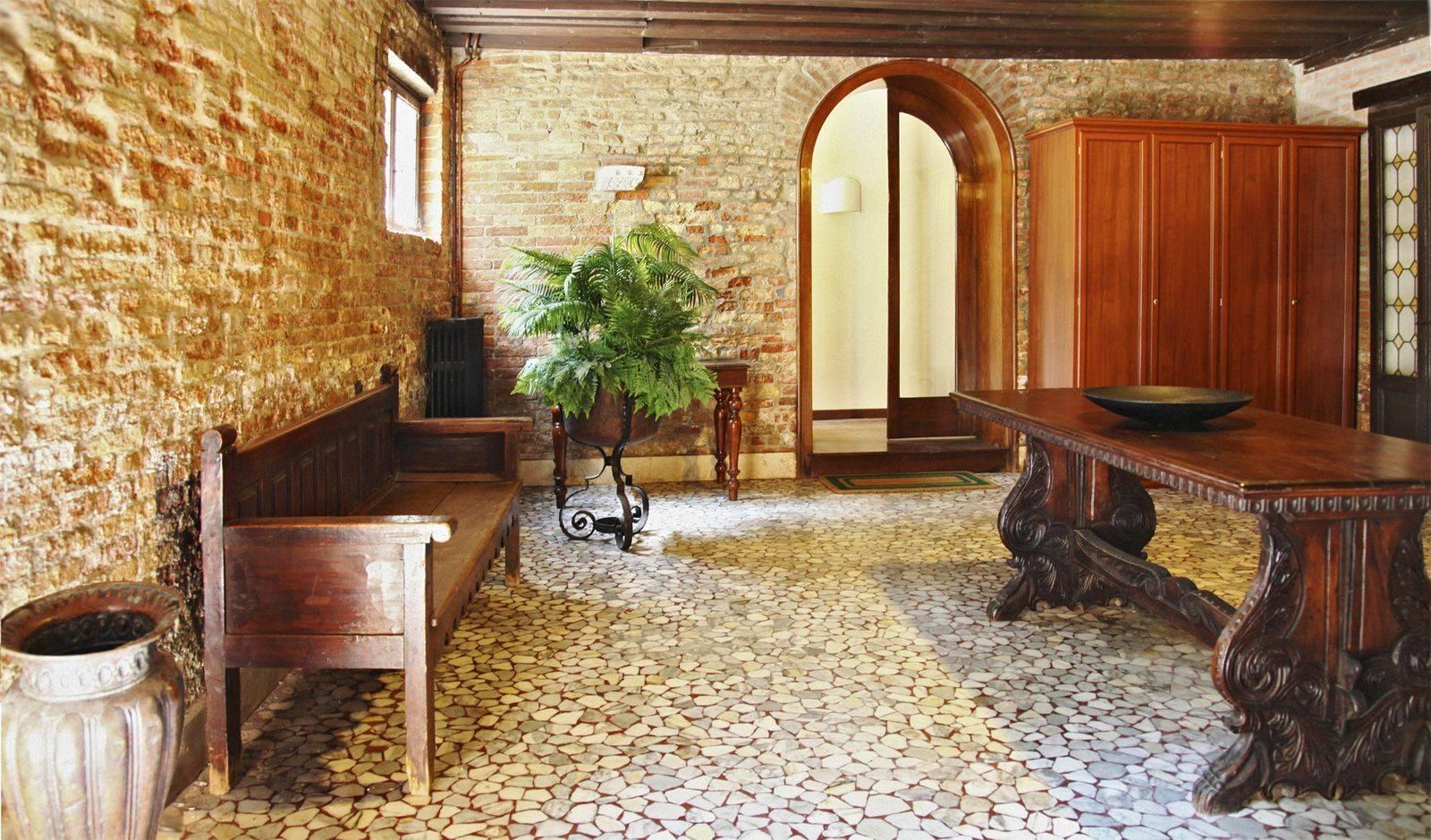 Michiel spacious and prestigious historical home in central location